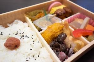 車内で飲食していい電車・そうじゃない電車の違いは?「トイレのある電車はOK」「東京の通勤電車で食べてる人もいる」