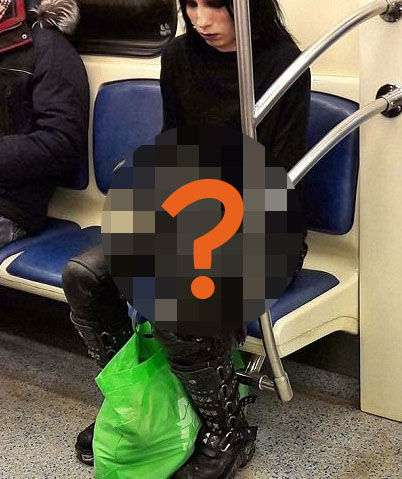 【最強ゴス】海外の地下鉄に「ヤバすぎる」ペットを連れた女性が居ると話題に