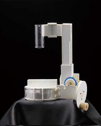 無茶しやがって… タカラトミーアーツが固さに定評のある「あずきバー」を削る専用のかき氷機を開発