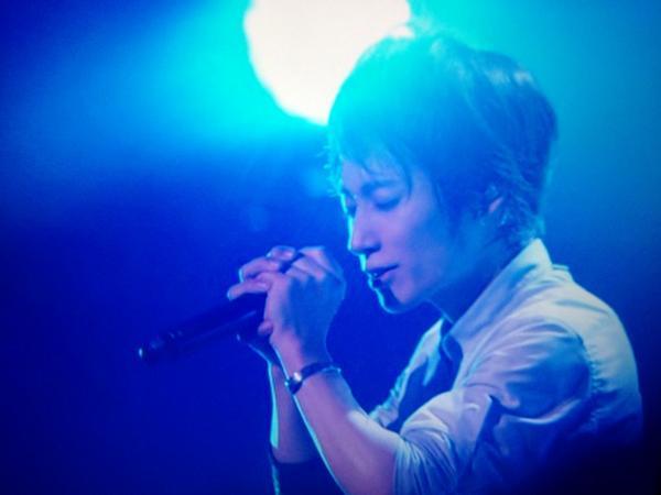 歌手が歌ってる画像