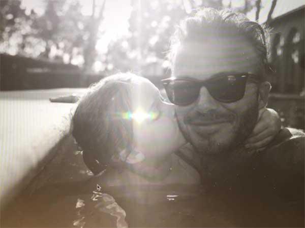 ベッカム夫婦がそれぞれ娘ハーパーちゃんとのキス写真公開、5歳の誕生日を祝う