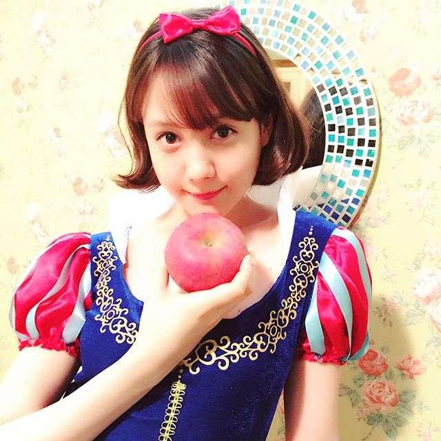 """1番かわいいのは誰?トリンドル玲奈の""""白雪姫コス""""が毒リンゴを見抜きそうな小悪魔感"""