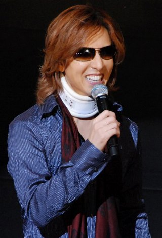 YOSHIKI、コルセット巻き手術後初の公の場 未だしびれ消えず年内予定の公演は延期へ | ORICON NEWS
