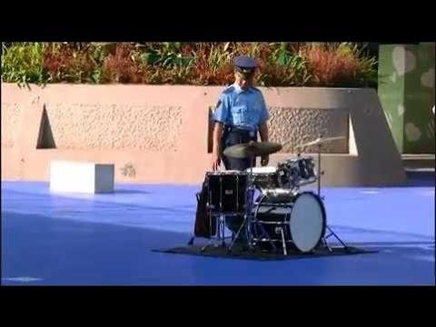 【衝撃】放置されたドラムセットに対して警官がまさかの行動に!(動画あり) - YouTube