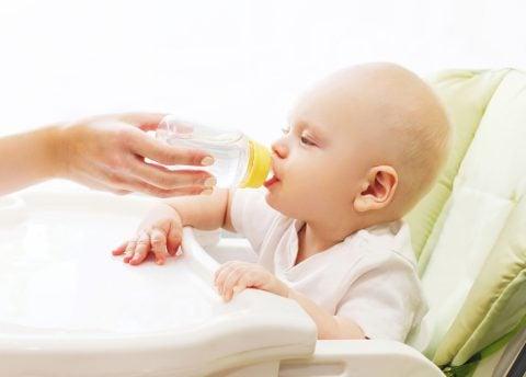乳幼児にイオン飲料、飲み過ぎ注意 健康悪化の報告例