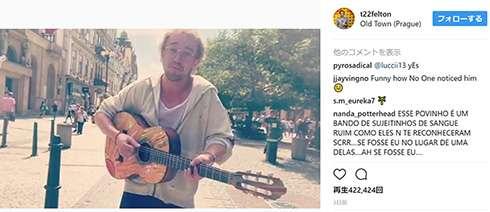 これがマルフォイの歌声だフォイ!トム・フェルトン、プラハの路上でギターを弾き語るも全く気付かれず苦笑い