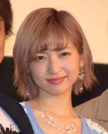 新婚の神田沙也加、左手薬指に指輪きらめかせ舞台あいさつ
