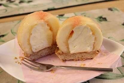 桃を1個まるごとドーン!「まるごと桃パフェ」が倉敷のカフェに登場