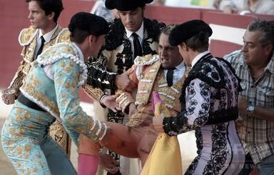 スペインの人気闘牛士、牛に角で刺されて死亡 フランス 写真2枚 国際ニュース:AFPBB News