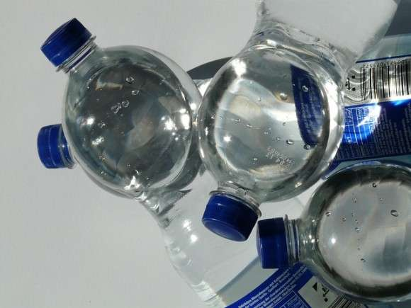 ペットボトルの水にはなぜ賞味期限があるのか?賞味期限を過ぎても飲めるのか? : カラパイア