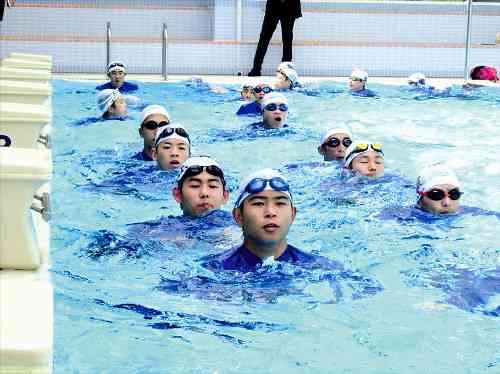 海上保安官の入学生4割泳げず、プール温水化で冬も特訓