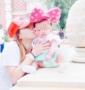 土屋アンナ「うちのミニミニーマウス!」3か月の娘を連れてTDLへ