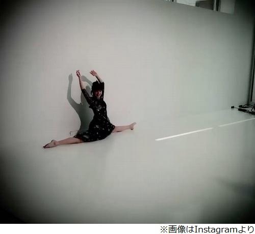 佐々木希がしなやかな開脚、新体操歴8年