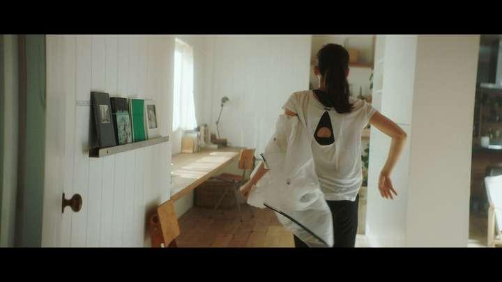 """綾瀬はるか:Tシャツ&パンツを脱ぎ捨て… """"大胆""""入浴シーン披露 - 写真特集 (4枚目/全22枚) - MANTANWEB(まんたんウェブ)"""