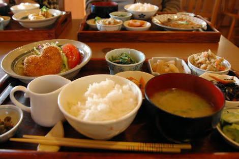 母親の料理と自分で作る料理どちらが美味しいですか?