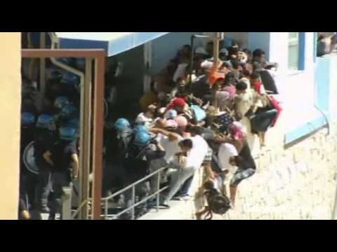 Italian police beat migrants in Lampedusa clashes - YouTube