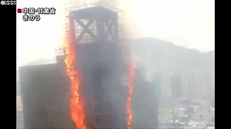 真っ赤な炎あがり…改装中の高層ビルで火災|日テレNEWS24