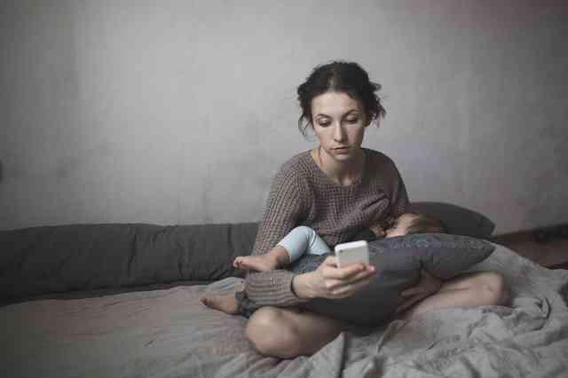 スマホ見ながら授乳が赤ちゃんに与える影響   ママズアップ