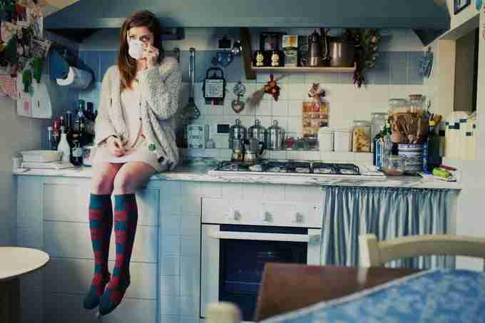 道端アンジェリカ、キッチン足組み写真に賛否 「かっこいい!」「行儀悪すぎる」