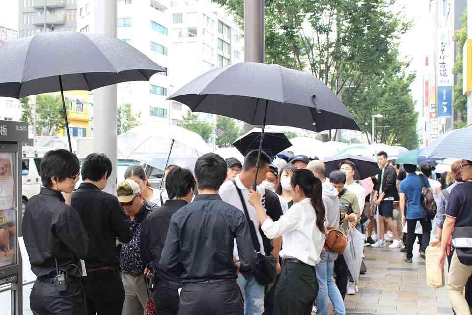 「ルイ・ヴィトン」 × 「シュプリーム」、初日行列は雨の中5000人で大混乱