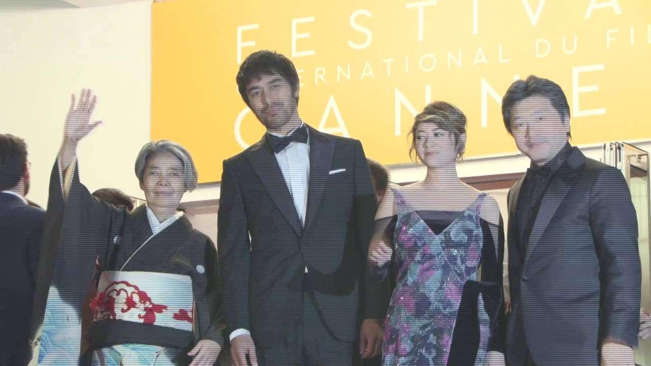 第69回カンヌ国際映画祭「海よりもまだ深く」レッドカーペット - YouTube