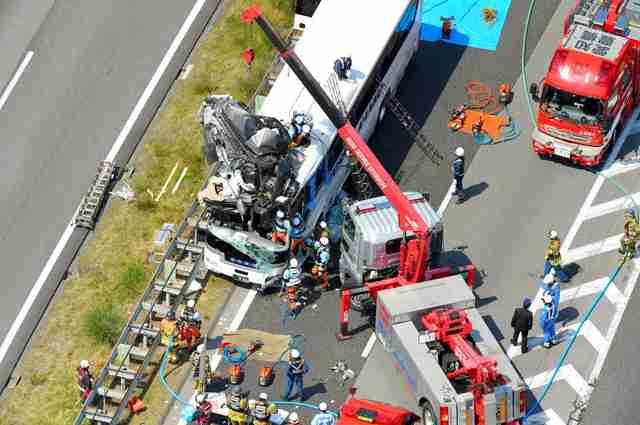 東名で観光バスと乗用車衝突、約20人けが 愛知・新城