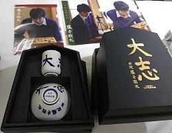 藤井聡太四段グッズ新登場 Tシャツに行列、茶碗・湯呑みセットも