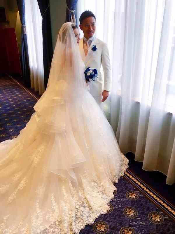 平愛梨、長友佑都、結婚式・披露宴写真を公開!お色直しではひまわり柄のドレス姿に