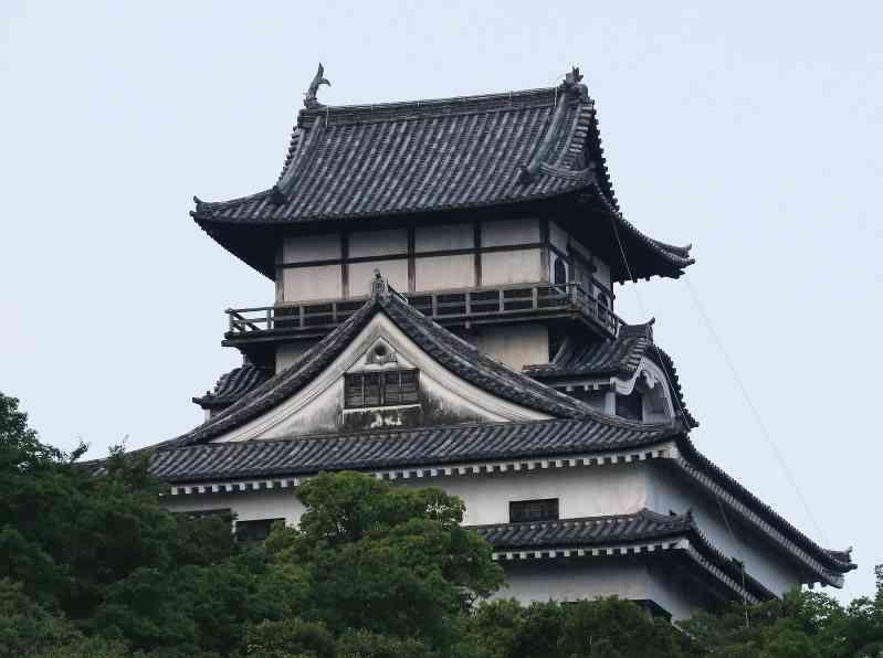 豪雨時の落雷か…愛知県の犬山城「しゃちほこ」ほぼ全壊 ドローン調査実施