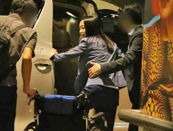 夫が押す車椅子に乗る松田聖子、羽田空港での姿