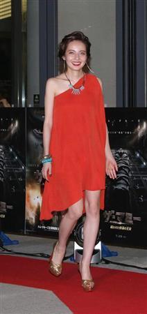"""ベッキー、美脚があらわな赤いエレガントなドレス姿で魅了 """"最強の敵""""は「自分」"""