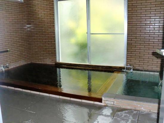 温泉のプールも!廃校を活用した宿が話題