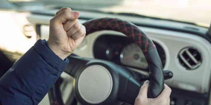 前を走る車が遅くてイライラ、「クラクション」を鳴らしてしまった! これって違法?