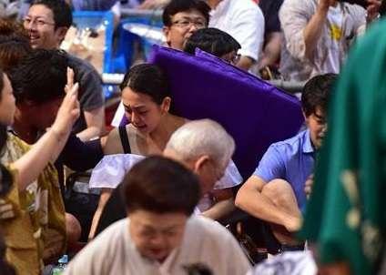 浅田真央さんの頭を座布団が直撃!小塚崇彦氏と名古屋場所を観戦