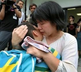 「生きてた」7歳男児、両親と涙の抱擁 孤立集落から救助再会 九州豪雨 (西日本新聞) - Yahoo!ニュース