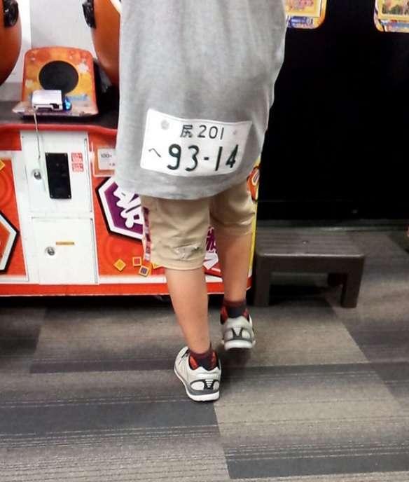 「小学生には分かるまい!」ゲーセンで見かけた少年の『Tシャツ』が面白すぎた