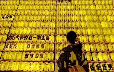 夜空に3万個のちょうちん、靖国神社「みたままつり」 写真13枚 国際ニュース:AFPBB News