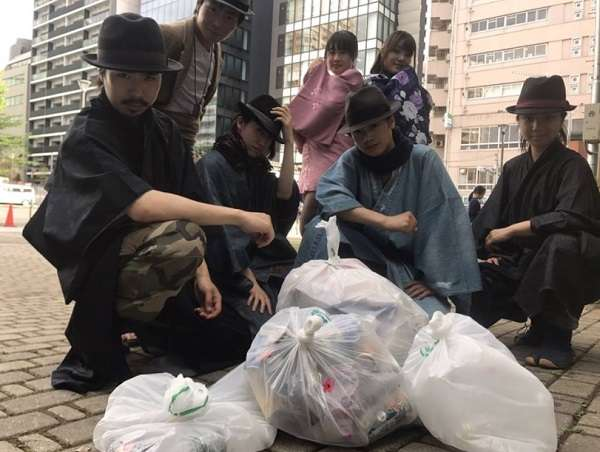 ゴミ拾いをしながらパフォーマンスする「ゴミ拾い侍」が衣装も信念もカッコイイ