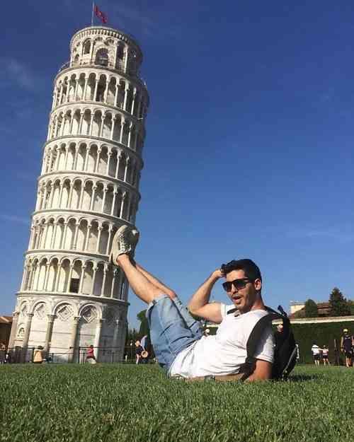 「手で支えるのはもう古い?」ピサの斜塔の記念写真は進化していた