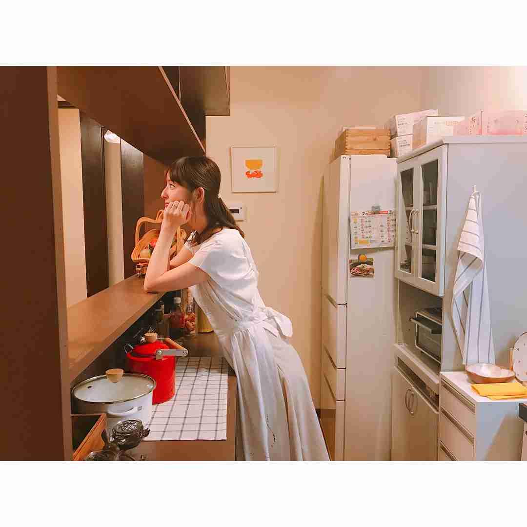 佐々木希、白エプロンで夫を待つ姿にファンの嫉妬が止まらない「うらやましい」「渡部ええええええ!」