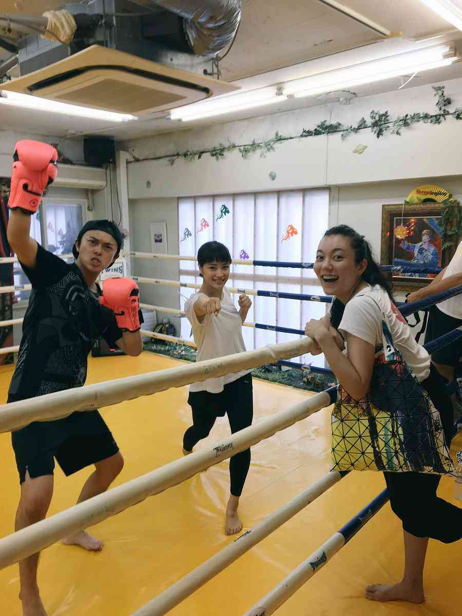 「広瀬すずの運動神経の良さに震えた」先輩・勝地涼が証言 キックボクシング姿に反響