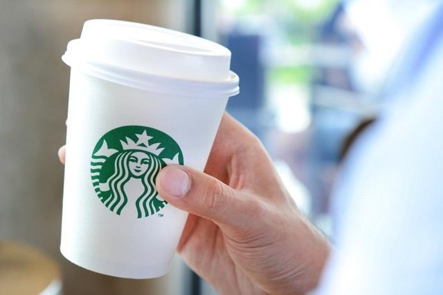 【情報】スタバとかのコーヒーの容器についているフタの本当の意味【正解発表】 - macaroni