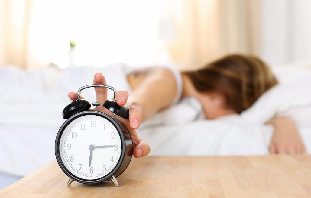 週末の夜更かし、死を招く?平日と「時差」1時間で…