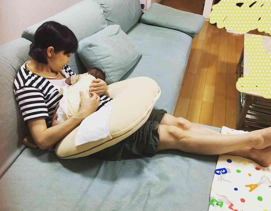 金田朋子の授乳姿に、「ちゃんとお母ちゃんしてますね」とファンほっこり