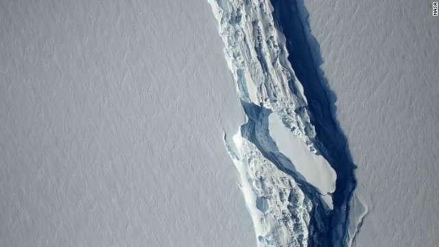 CNN.co.jp : 南極の巨大氷山、大陸から分離 重さ1兆トン
