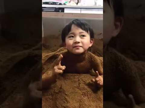 市川海老蔵さんの長男 カンカン 酵素風呂にてコメント・・・「愛してる。」 - YouTube