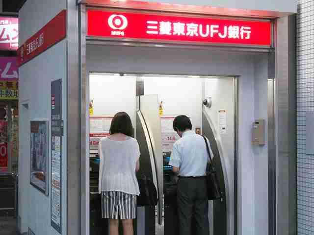 三菱東京UFJ銀行ATMが「心乱される」と不評! 「3口同時に出る」「ブザーが犯罪犯した警報みたいな音」 | ガジェット通信