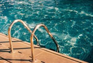 辻希美、家族5人でのプール遊びを報告も「連休明けに非常識」の声(1ページ目) - デイリーニュースオンライン