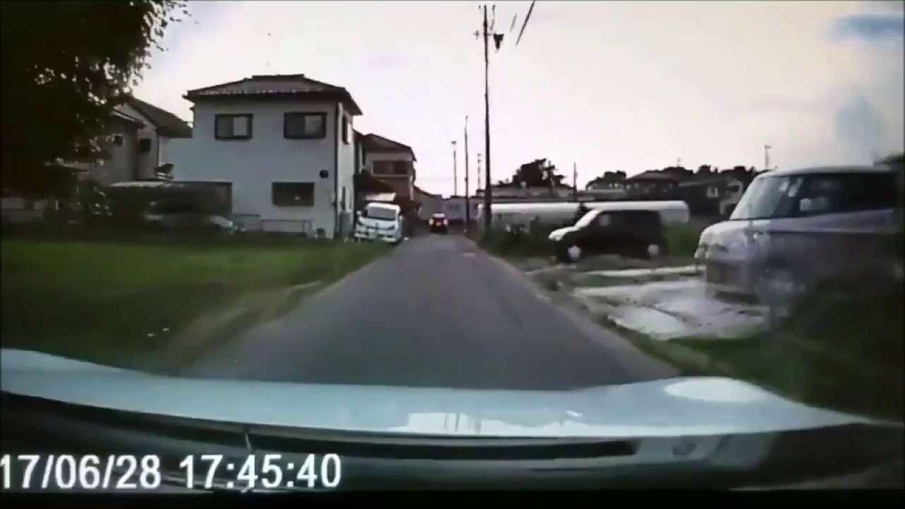 【問題なくね?】自動車の前に飛び出した子供を母がビンタwww - YouTube