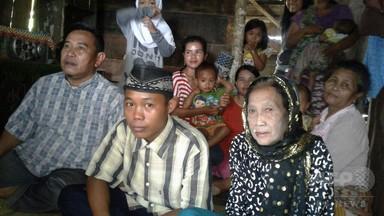 歳の差なんと58歳! インドネシア15歳少年が高齢女性と「結婚」 写真2枚 国際ニュース:AFPBB News